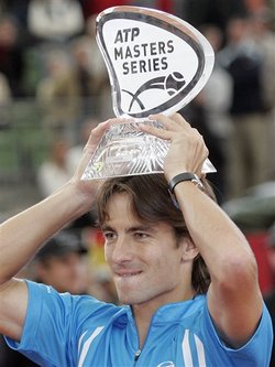 Tommy Robredo Wins Hamburg; AP Photo/Kai-Uwe Knoth